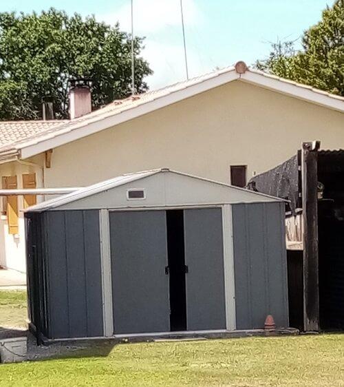 Installer un abri de jardin métal sur une dalle